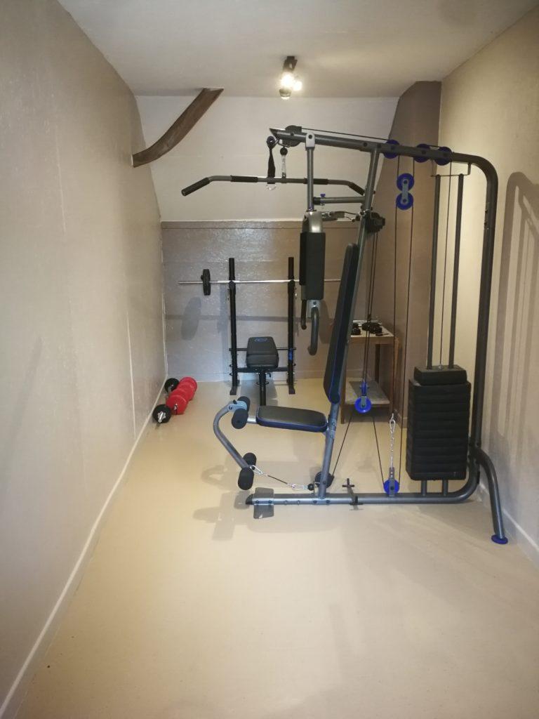 salle de muscu avec vélo elliptique