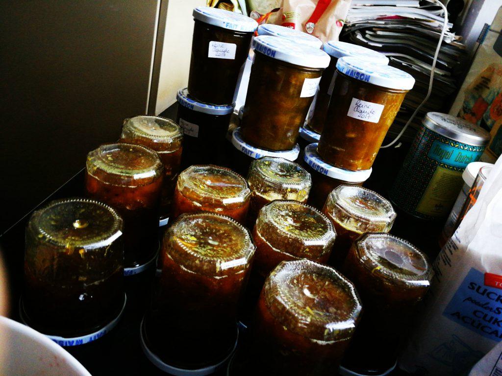 le stock de confitures maison aux fruits du jardin est prêt